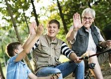 Familj som gör höga fem, medan fiska Royaltyfria Foton