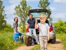 familj som går på en tur med bilen Fotografering för Bildbyråer
