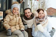 Familj som har drinkar Royaltyfria Foton