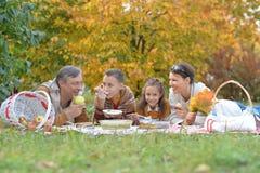 Familj som har en picknick i parkera royaltyfria bilder