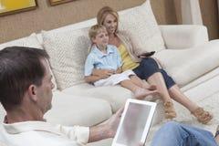 Familj som har fritid hemma Arkivbild