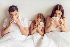 Familj som har gemensam förkylning Arkivbilder