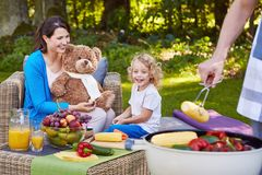 Familj som har grillat mat royaltyfria bilder
