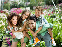 Familj som har gyckel i ett växthus Royaltyfri Foto