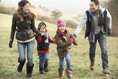 Familj som har gyckel i landet i vinter Royaltyfri Fotografi
