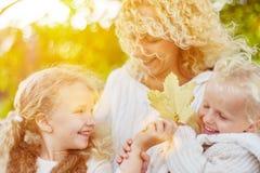 Familj som har gyckel i nedgången royaltyfri foto