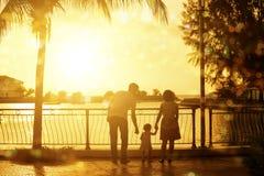 Familj som har gyckel i semestrar för sommarferie Royaltyfri Bild