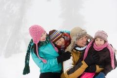 Familj som har gyckel i vinter Arkivbild