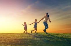 Familj som har gyckel på naturen fotografering för bildbyråer