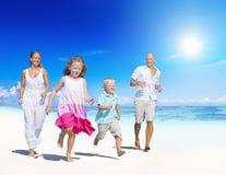 Familj som har gyckel på sommarstranden Royaltyfri Foto