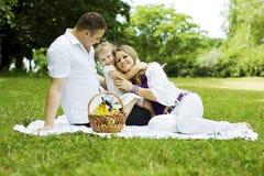 Familj som har gyckel på picknicken Royaltyfria Bilder