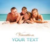Familj som har gyckel på stranden Arkivfoton