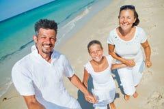 Familj som har gyckel på stranden Royaltyfri Foto
