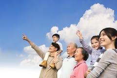 Familj som har gyckel tillsammans utomhus arkivbild