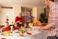 Familj som har julmatställe Arkivbild