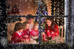 Familj som har julmatställen på brandstället royaltyfria bilder
