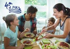 Familj som har lunch för 4th av Juy Arkivfoto
