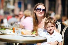 familj som har lunch utomhus Royaltyfri Bild