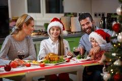 Familj som har matställen samman med kalkon för jul Royaltyfri Fotografi