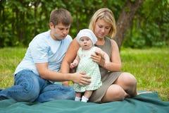 Familj som har picknicken Royaltyfri Foto