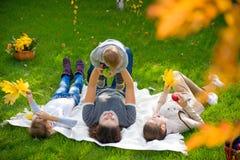 Familj som har picknicken arkivfoto