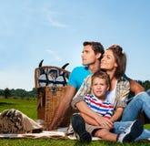 familj som har picknicken Arkivbilder