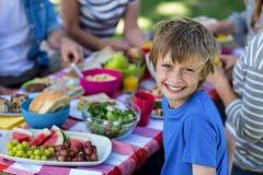 familj som har picknicken Arkivfoton