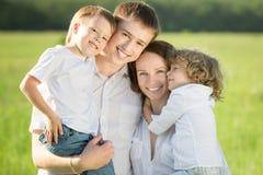 Familj som har roligt utomhus Arkivfoto