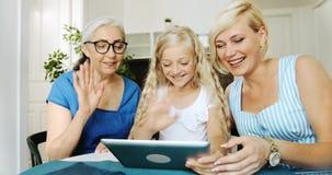 Familj som har video pratstund på minnestavlan stock video