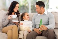 Familj som hem kopplar av royaltyfria bilder
