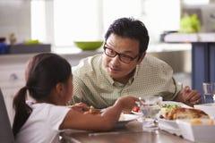 Familj som hemma äter mål tillsammans arkivfoton