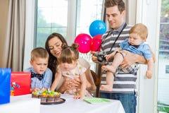 Familj som hemma firar födelsedagpartiet arkivbilder