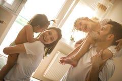 Familj som hemma spenderar fri tid Arkivbild