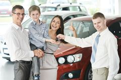 Familj som köper en bil Royaltyfria Foton