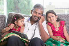 Familj som kallar telefonen arkivfoto