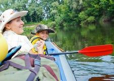 Familj som kayaking Royaltyfri Foto