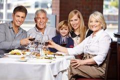 Familj som klirrar exponeringsglas Arkivbild