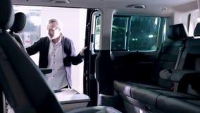 Familj som kontrollerar itnerior av passagerareminibussen stock video