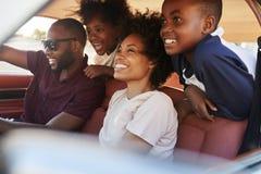 Familj som kopplar av i bil under vägtur royaltyfria foton