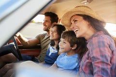Familj som kopplar av i bil under vägtur royaltyfria bilder
