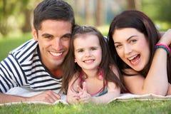 Familj som kopplar av i sommarträdgård Royaltyfri Foto
