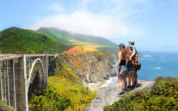 Familj som kopplar av på att fotvandra tur i höga berg Royaltyfri Fotografi