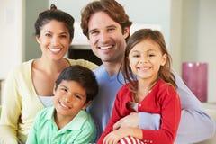 Familj som kopplar av på Sofa Together Fotografering för Bildbyråer
