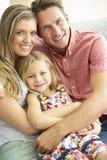 Familj som kopplar av på Sofa Together Arkivfoto