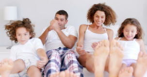 Familj som låtsar för att sova arkivfilmer
