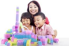 Familj som leker med block Royaltyfri Fotografi
