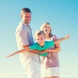 Familj som leker på stranden Royaltyfri Bild