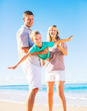 Familj som leker på stranden Arkivbild