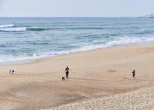 Familj som leker p? stranden arkivbilder