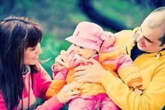 familj som leker utomhus Royaltyfri Fotografi